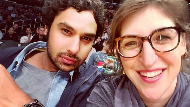 TBBT-Stars Kunal Nayyar und Mayim Bialik bei einem Basketballspiel der Lakers