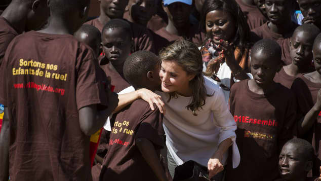 Königin Letizia von Spanien zusammen mit einer Gruppe von Kindern in Senegal