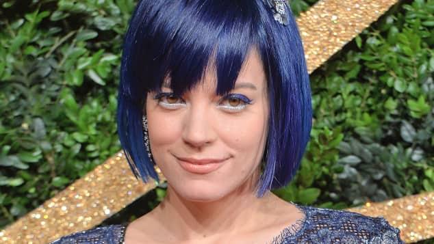 Sängerin Lily Allen überrascht mit blauen Haaren