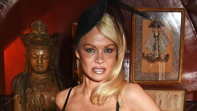 Pamela Anderson zeigt sich gerne sexy Sexsymbol Spitze Kurven ohne BH