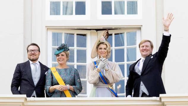 Königin Maxima und König Willem-Alexander mit Prinz Constantijn und Prinzessin Laurentien auf dem Balkon des Plasts Noordeinde