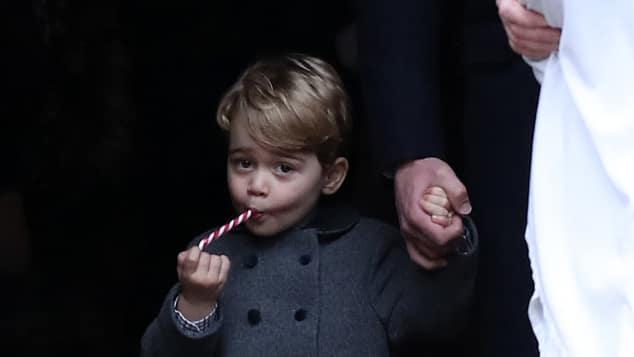 Prinz George freut sich über seine Zuckerstange