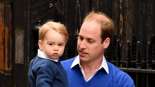 Prinz George und sein Papa Prinz William besuchen Mama Kate und das neugeborene Geschwisterchen