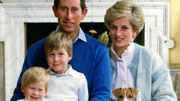 Prinz Harry, Prinz William, Prinz Charles und Lady Diana in ihrer Wohnung im Kensington Palast