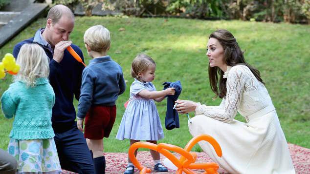 Prinz William, Prinz George, Prinzessin Charlotte und Herzogin Catherine spielen auf der Kinderparty