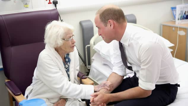 Prinz William besucht Patientin Theresa Jones im Krankenhaus