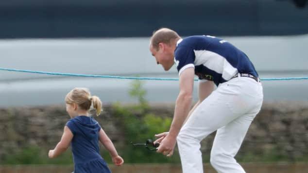 Prinz William spielt mit Mia Fangen
