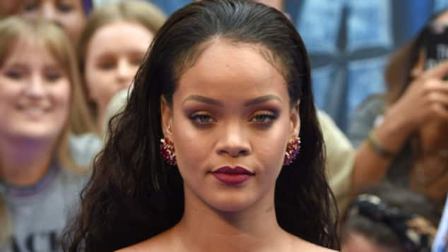 "Rihanna in sündigem Rot auf dem roten Teppich zu ""Valerian"""