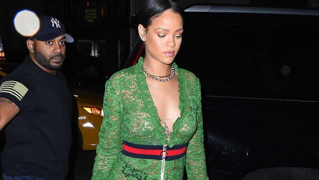 Rihanna freizügig im Gucci-Dress