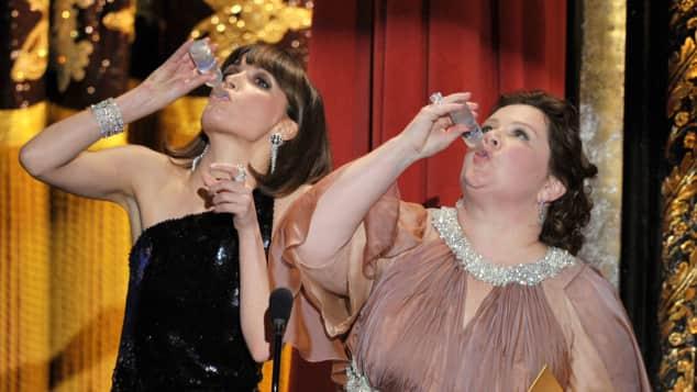 Melissa McCarthy Rose Byrne Oscars Schnaps