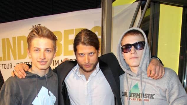Nenas Söhne Samuel Vincent und Simeon Joel mit Papa Philipp Palm