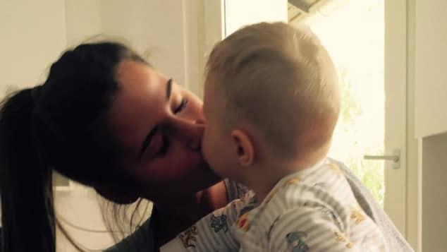 Sarah Lombardi gibt ihrem Baby Alessio einen Kuss