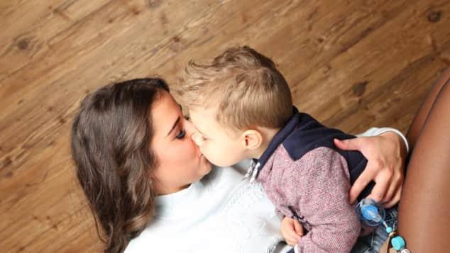 Diese Liebeserklärung geht unter die Haut Ein Küsschen für Mama: Sarah macht ihrem Sohn Alessio eine süße Liebeserklärung
