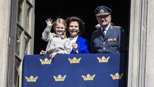 König Carl Gustaf neben Frau Silvia und Enkelin Estelle