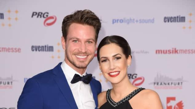 Sebastian Pannek der Bachelor Clea-Lacy Freundin Auftritt Red Carpet Roter Teppich RTL Gewinnerin