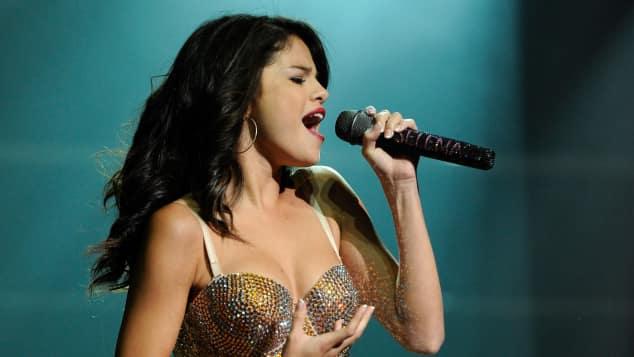 Selena Gomez in Unterwäsche auf der Bühne Konzert