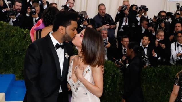 Selena Gomez und The Weekend verliebt auf dem Red Carpet der Met Gala