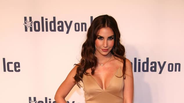Sila Sahin im sexy nude-farbenen Kleid