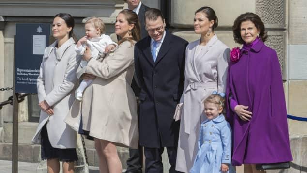 Sofia Hellqvist, Prinzessin Madeleine mit Tochter Prinzessin Leonore, Prinz Daniel, Prinzessin Victoria, Prinzessin Estelle und Königin Silvia