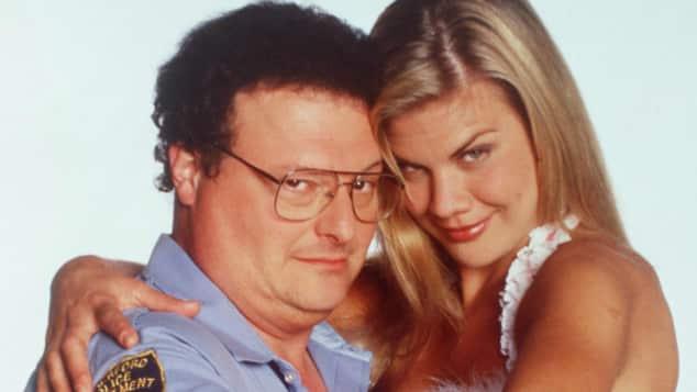 Wayne Knight und Kristen Johnston schauen verrucht in die Kamera