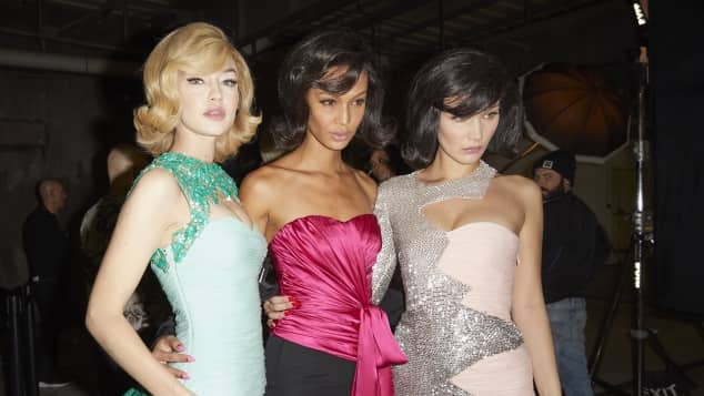 Die Models Gigi Hadid, Joan Smalls und Bella Hadid auf der Fashion Week in Mailand als Jackie Kennedy