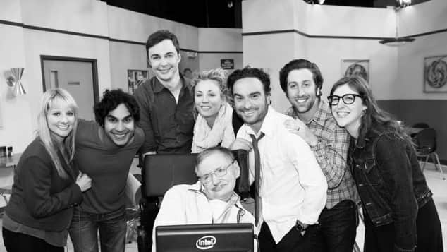 "Der ""The Big Bang Theory""-Cast posiert mit Stephen Hawking"