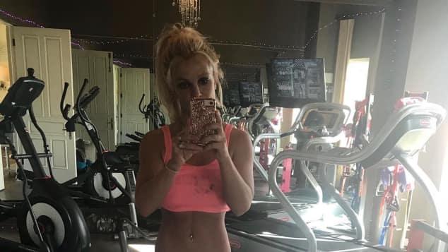 Britney Spears Figur trainiert