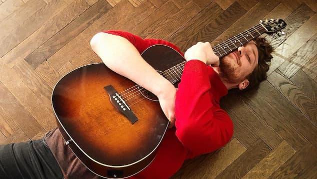 Daniel Donskoy Instagram mit Gitarre und Gesang