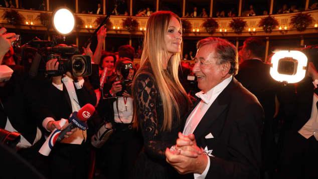 Elle MacPherson und Richard Lugner tanzen auf dem Wiener Opernball
