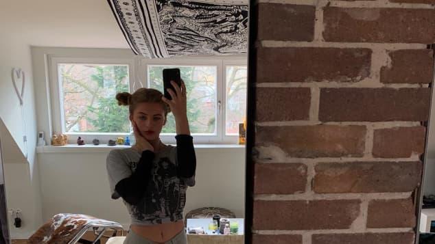 Emma Schweiger cooles Outfit bauchfrei