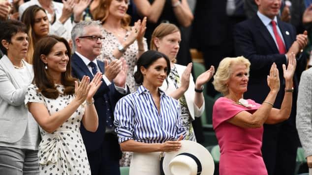 Herzogin Kate und Herzogin Meghan jubeln ihrer Freundin Serena Williams zu