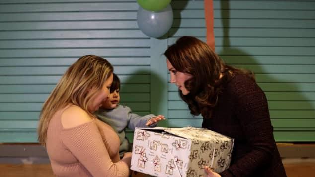 Herzogin Kate verteilt Weihnachtsgeschenke an Kinder