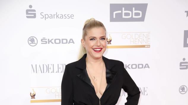 Jeanette Biedermann mit XXL-Ausschnitt auf dem roten Teppich