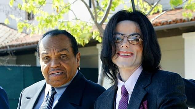 """Joe Jackson und sein Sohn Michael Jackson verlassen das Gericht während des Prozesses gegen den """"King of Pop"""""""