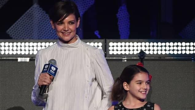 Katie Holmes und Suri Cruise kündigen Taylor Swift bei iHeartRadio Jingle Ball an