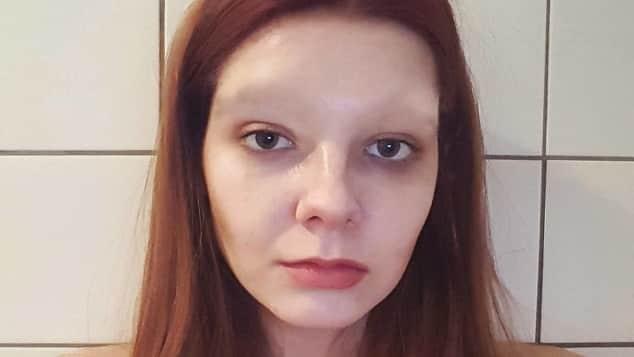 GNTM-Klaudia scherzt zum 1. April, dass sie sich ihre markanten Augenbrauen abrasiert hat