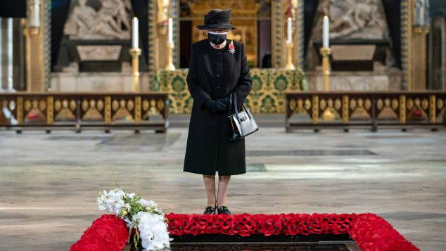 """Königin Elisabeth II. maske gedenkt dem """"Unbekannten Soldaten"""""""