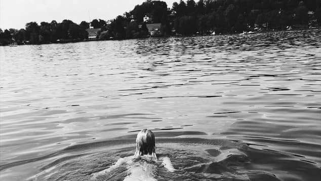 Lena Gercke schwimmt nackt im See