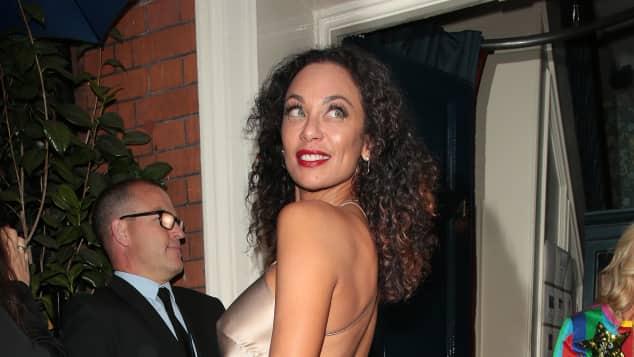 Lilly Becker in einem Gold-Kleid von Michelle Mason