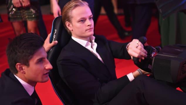 Prinzessin Mette-Marits Sohn Marius Borg Høiby beim Spielen des Formula E Simulators bei der BRITS Aftershow Party
