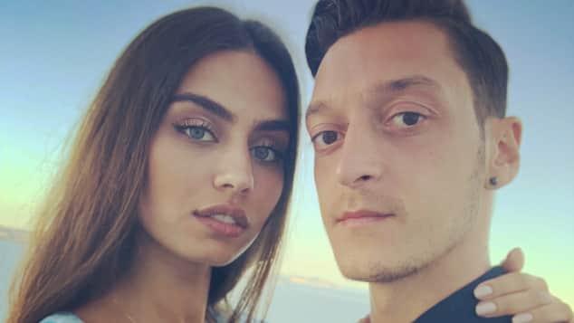 Mesut Özil Rücktritt: Freundin Amine Gülse unterstützt ihn, Amine Gülşe
