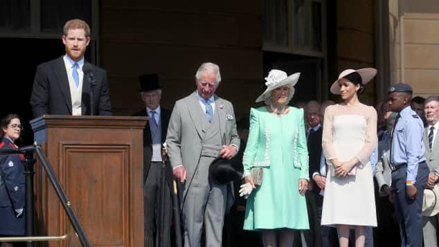 Prinz Harry, Prinz Charles, Camilla und Meghan Markle während der Gartenparty anlässlich Prinz Charles' 70. Geburtstag.