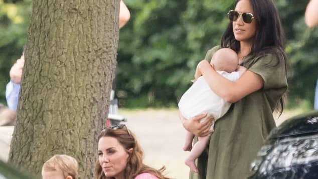 Herzogin Meghan und Herzogin Kate mit Kindern