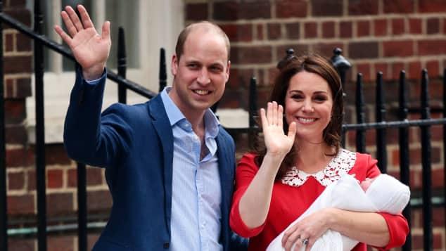 Prinz William und Herzogin Kate verlassen mit ihrem dritten Kind das Krankenhaus