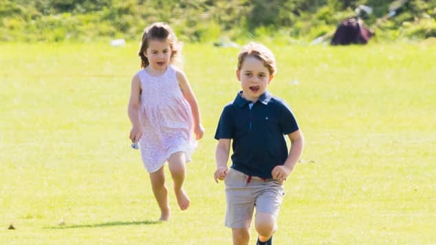 Prinzessin Charlotte Prinz George Schuhe Wiese Spaß