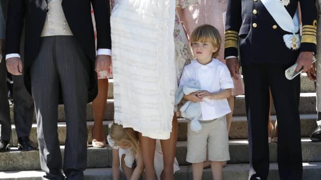 Prinzessin Leonore barfuss bei der Taufe von Prinzessin Adrienne