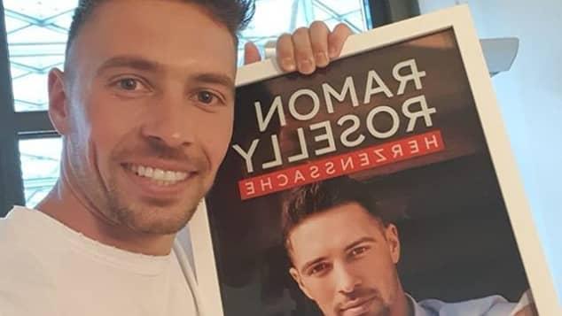"""Ramon Roselly präsentiert stolz sein Debütalbum """"Herzenssache""""."""