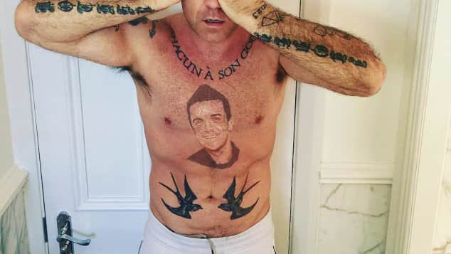 Robbie Williams mit einem Tattoo von seinem Gesicht, Robbie Williams, Robbie Williams Tattoo