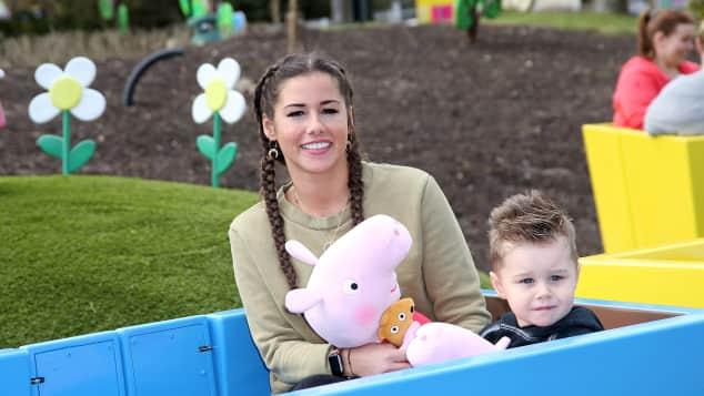 Sarah Lombardi und Alessio: Bei ihrem ersten gemeinsamen Auftritt in der Öffentlichkeit haben Mama und Sohn sichtlich Spaß