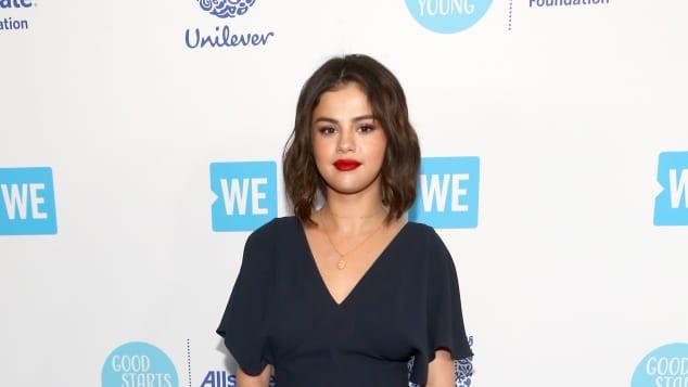 Selena Gomez in einem dunkel blauen Kleid beim WE Day California, Selena Gomez, Selena Gomez sexy